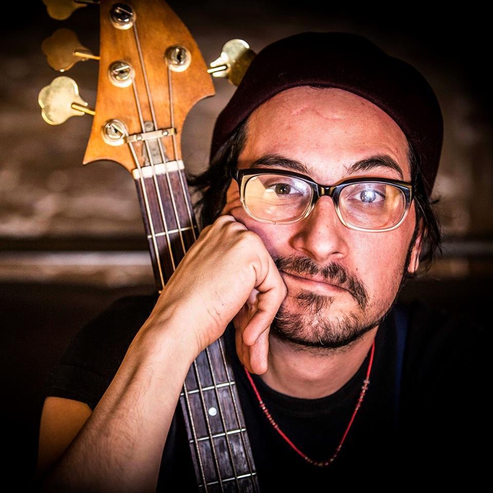 Luca Orsini, il cantautore col basso